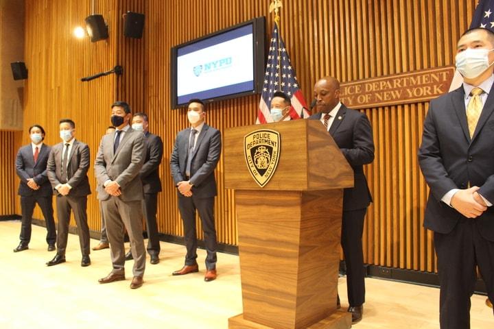 哈里森(講話者)稱,該小組將保護亞裔民眾並打破他們和執法者的隔膜。(記者張晨/攝影)