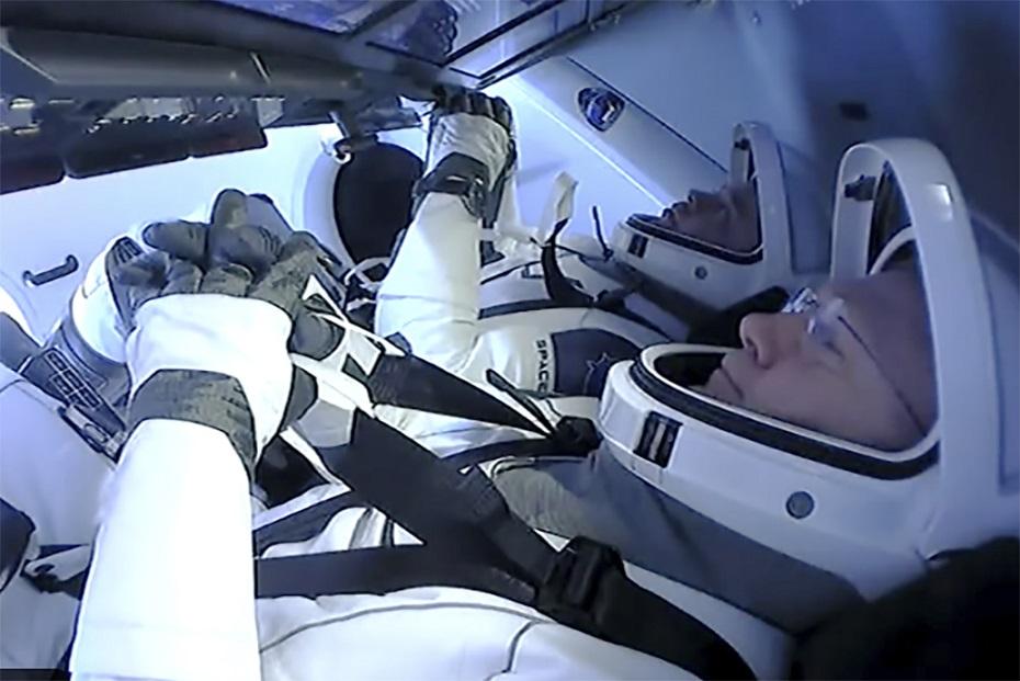 兩名太空人貝肯與赫利乘坐太空船「飛龍奮進號」,2日準備從太空返回地球,進行最後協調。(美聯社)