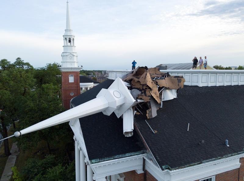 圖為芝加哥西郊惠頓市(Wheaton)的社區大學教堂尖塔,也因不敵強風襲擊折斷。美聯社