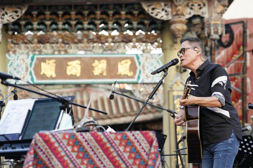 羅大佑在鹿港天后宮前開唱。圖/大右音樂提供