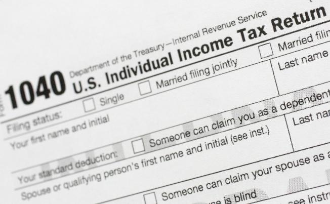 川普總統許諾將繼續降低中產階級稅負;白登則側重加徵富人稅。(美聯社)