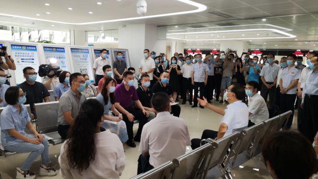 中國國務院李克強總理現場對話美中餐飲業聯合會重慶分會毛新宇會長。