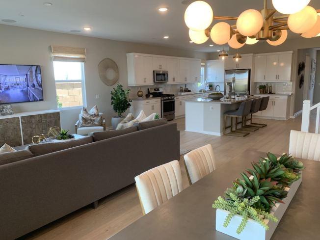空間寬大廚房、就餐、休閒區合為一體。(記者啟鉻/攝影)
