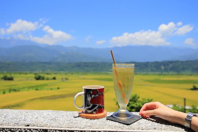 部落皇后的下午茶搭配縱谷美景,適合讓人窩一下午。(記者陳睿中/攝影)