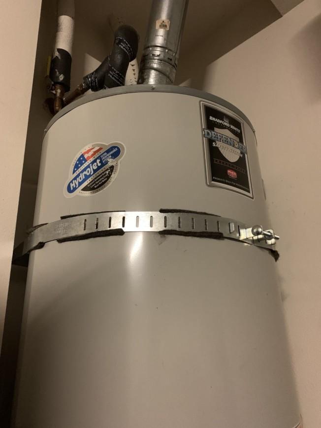 傳統鍋爐熱水器比較占空間,且能源消耗多,但容易維修。(記者啟鉻/攝影)