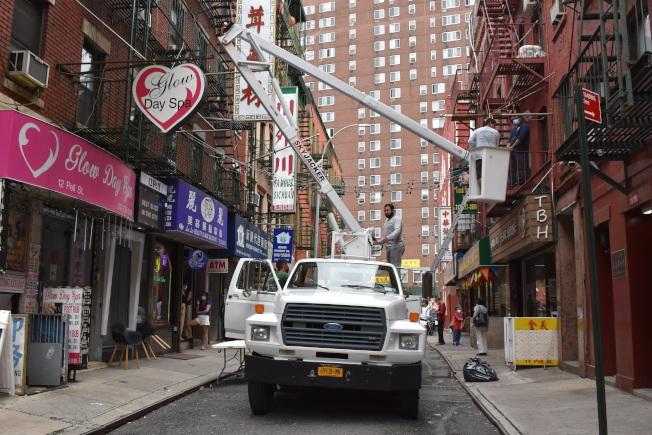 華埠商改區在披露街掛燈,期透過美化環境吸引顧客。(記者顏嘉瑩/攝影)