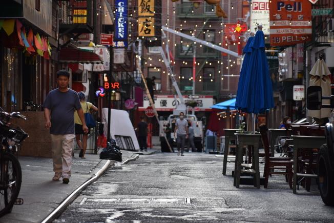 披露街巷弄狹窄,店家難做生意,至今只有零星幾間餐館重新開門營業。(記者顏嘉瑩/攝影)