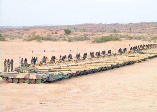 印軍在斯潘古爾湖與楚舒爾之間部署大批坦克。(取材自環球時報)