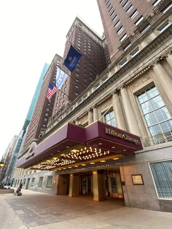 位於南密西根大道上,房間數上千的希爾頓酒店,至今都仍大門深鎖未恢復營運。(特派員黃惠玲/攝影)