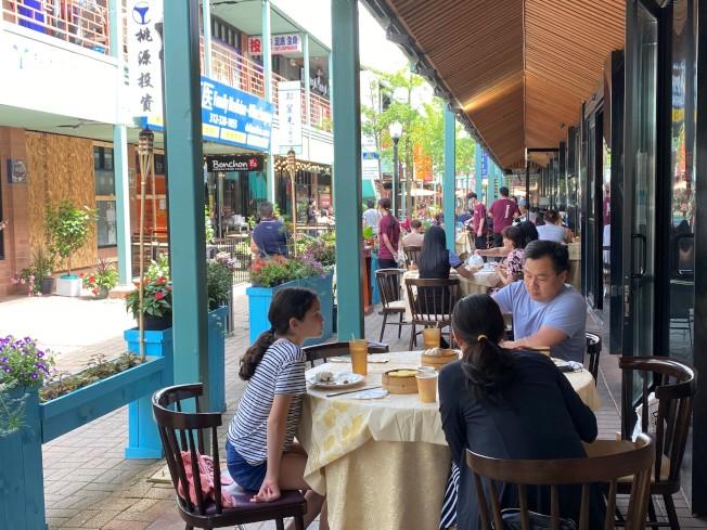 華埠廣場的餐館紛紛推出戶外座位。(特派員黃惠玲/攝影)