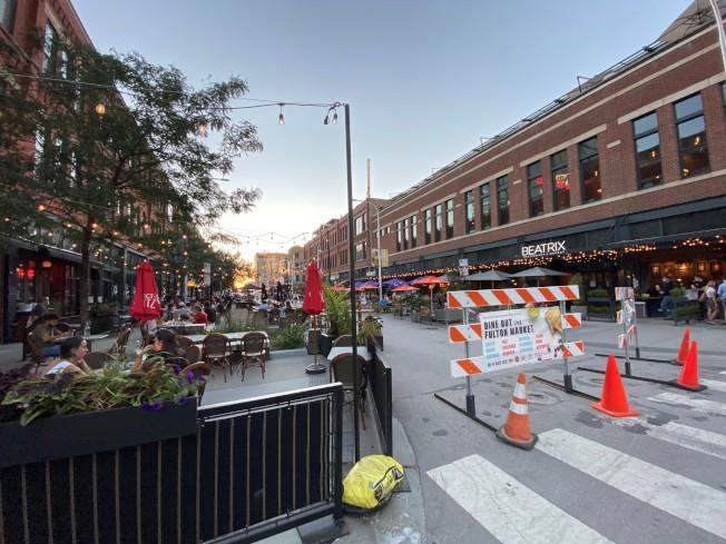 芝加哥市餐館雲集的西環區,部分街道封閉改為戶外用餐區。(特派員黃惠玲/攝影)