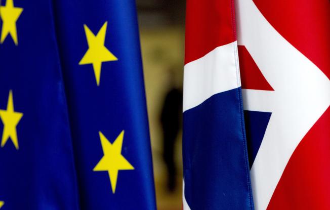 英國脫歐難以收尾,圖為布魯塞爾總部的歐盟旗幟(左)與英國國旗(右)。(美聯社)