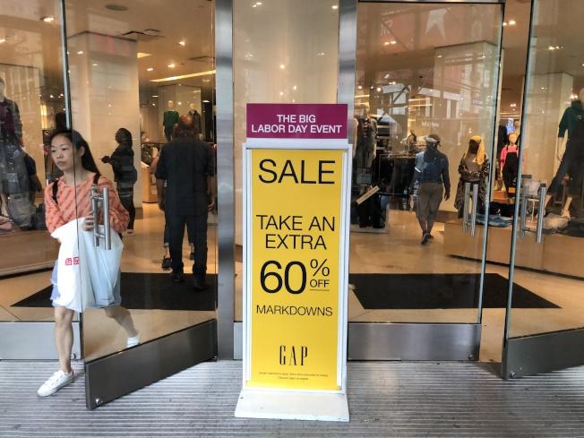 往日實體店搶購人流不再,商家轉為線上折扣戰。(本報檔案照)