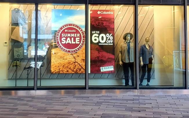 因為防疫實施人流管控,即使打折扣戰,到實體店面購物的消費者減少了。(記者王彩鸝/攝影)
