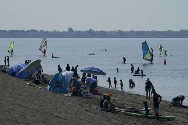 東灣阿拉米達島5日一海灘上擠滿人。(Getty Images)