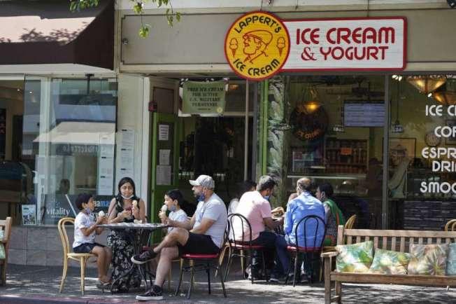 5日北灣蘇沙利度(Sausalito)冰淇琳店門前擠滿人。(Getty Images)