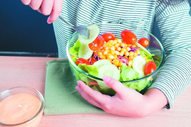 孕婦食用被李斯特菌汙染的生菜,可能會垂直感染給胎兒。(圖:台灣疾管署提供)