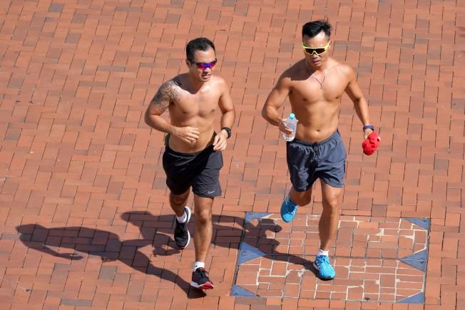 天熱休閒跑步若水分補充不足,要小心引發橫紋肌溶解症。 (中通社)