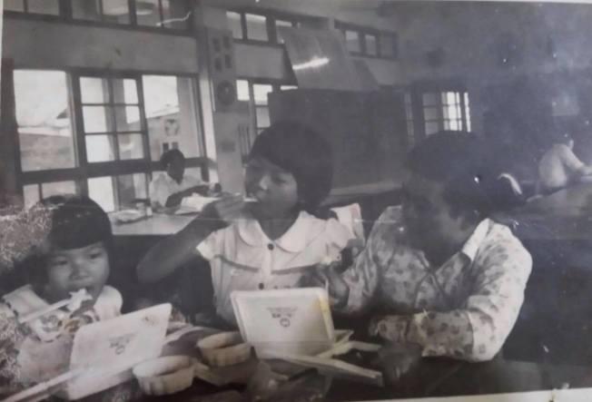 作者一九七五年參加父親學校的運動會,並享用好吃的便當。