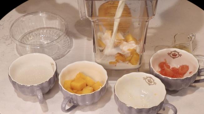 加入椰漿、牛奶、煉乳,打成混合均勻的液體。(記者劉大琪/攝影)