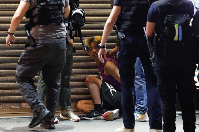 6日香港民眾前往九龍遊行,要求重啟被港府暫停一年的選舉。警方出動水砲車,射擊胡椒球彈驅散民眾,並演變成警民衝突,至少289人被捕。(路透)