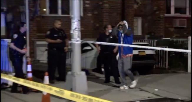 男子在大學點遭槍殺,警方封鎖現場調查。(ABC7視頻截圖)