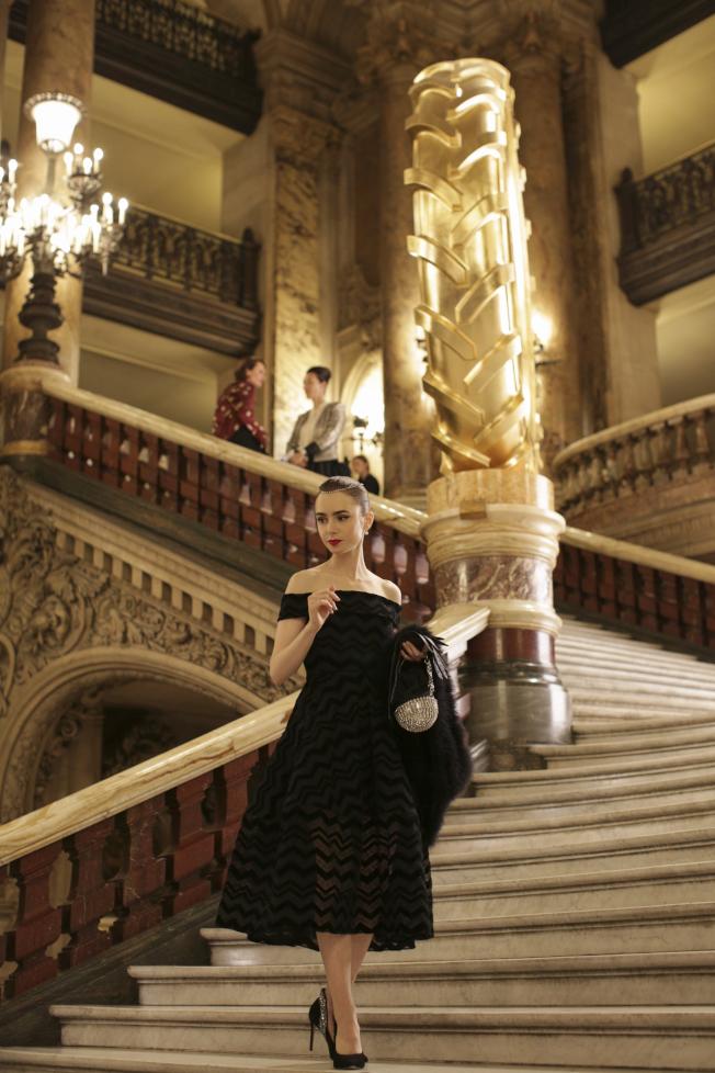 「艾蜜莉在巴黎」由當代時尚教母派翠西亞菲爾德操刀,莉莉柯林斯在最新預告中連換20套華服。(圖:Netflix提供)