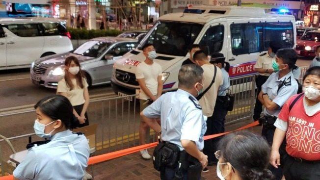 擺街站反對普篩 周庭等6人違反限聚令收告票
