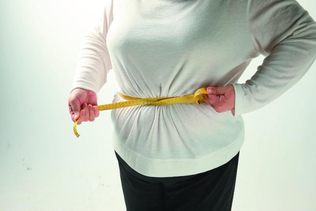 在少數狀況下,腹部膨脹可能與卵巢腫瘤有關。(本報資料照片)