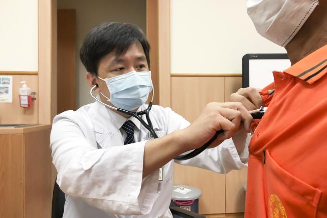台中慈濟醫院胸腔內科醫師陳立修透過聽診器檢查病人呼吸狀況。(圖:台灣台中慈濟醫院提供)
