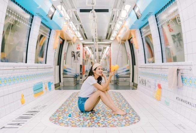 觀光局創意行銷台灣廣告再獲國際肯定,台灣古早味奶奶浴缸新加坡地鐵車廂廣告(圖)8月底勇奪美國高峰創意大獎銀獎殊榮。(圖:台灣觀光局新加坡辦事處提供)