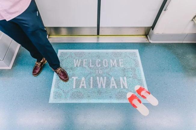 台灣古早味奶奶浴缸新加坡地鐵車廂廣告,勇奪美國高峰創意大獎銀獎,車廂入口擺放紅白拖,上面寫著WELCOME TO TAIWAN,感受「台灣/家」氛圍。(圖:台灣觀光局新加坡辦事處提供)