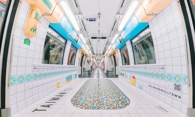台灣古早味奶奶浴缸新加坡地鐵車廂廣告,不僅有馬賽克小石子磁磚懷舊浴缸、方形瓷磚妝點花卉圖騰,還有可愛黃色小鴨玩具,奪美國高峰創意大獎銀獎。(圖:台灣觀光局新加坡辦事處提供)