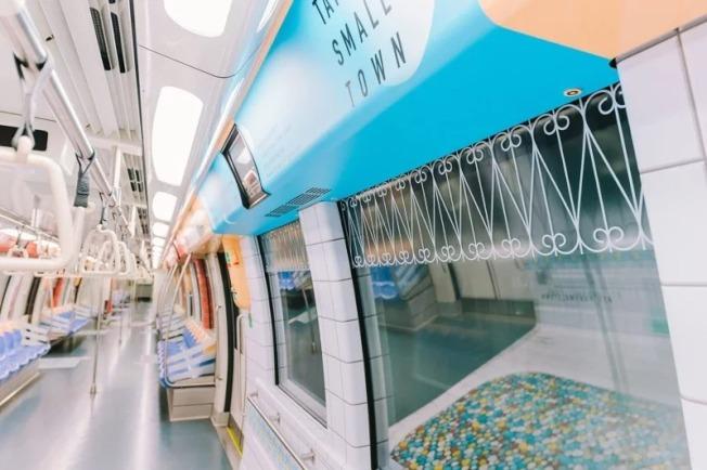 台灣古早味奶奶浴缸新加坡地鐵車廂廣告,勇奪美國高峰創意大獎銀獎,車廂窗戶凸顯鐵窗花美學,包括雲形、梅花、十字與菱形等4款不同造型。(圖:台灣觀光局新加坡辦事處提供)