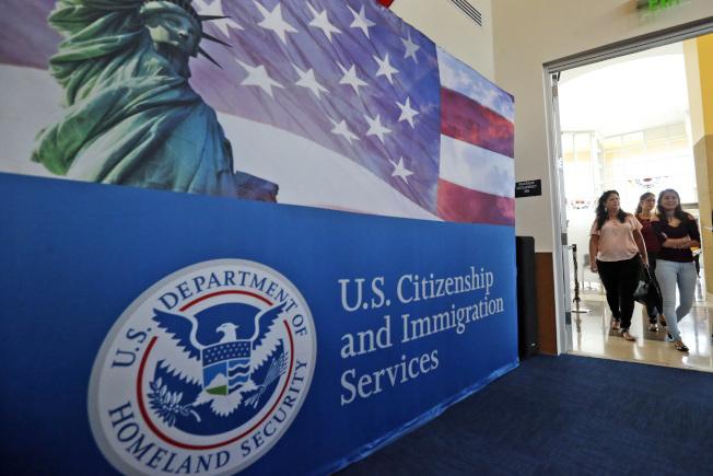 因為新冠疫情影響,美國公民及移民服務局案件積壓嚴重。(美聯社)