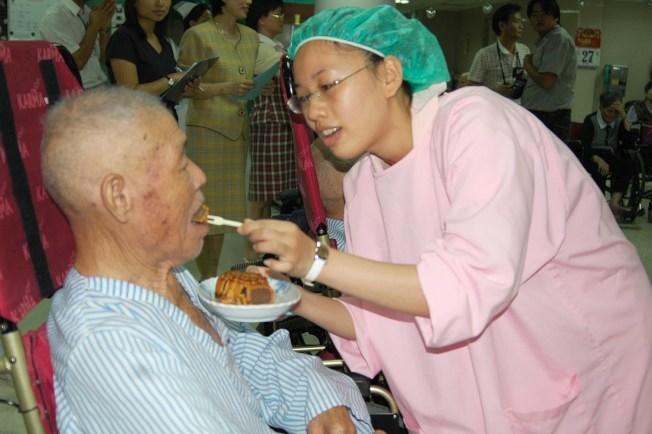 如何避免長輩進食發生嗆咳?注意吞嚥基本安全原則很重要。(本報資料照片)