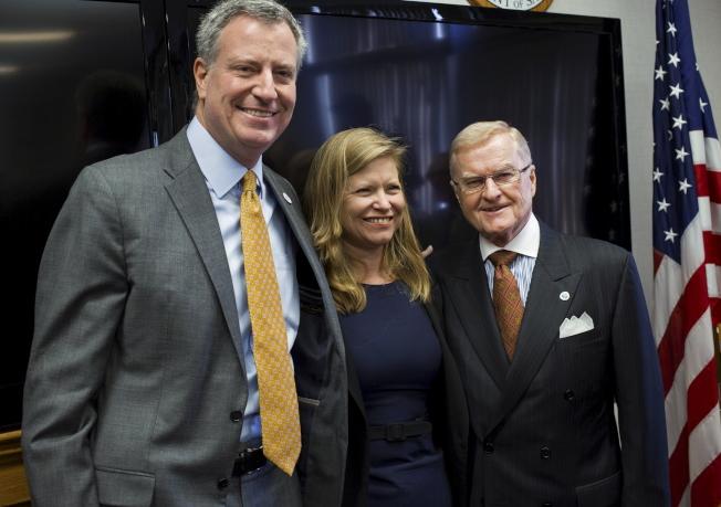 紐約市清潔局局長賈西亞(中)8日宣布辭職,準備參選市長。圖為2014年白思豪(左)與她合影。(Getty Images)