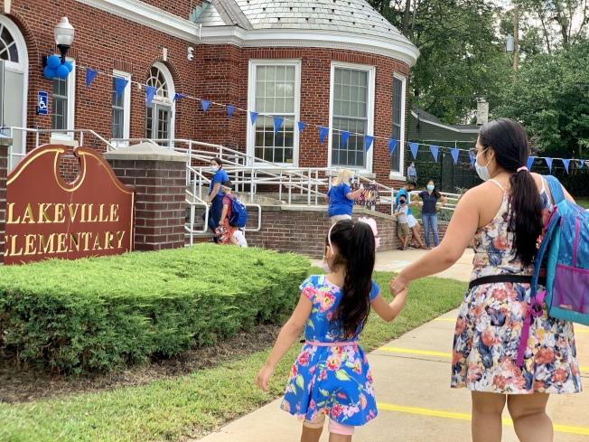長島大頸的Lakeville小學8日開學,家長將子女送到學校。(記者曹健╱攝影)