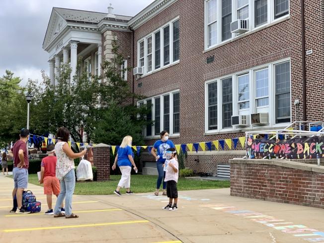 長島公校8日開學,闊別學校已半年的學生,在校門前與家長道別。(記者曹健╱攝影)