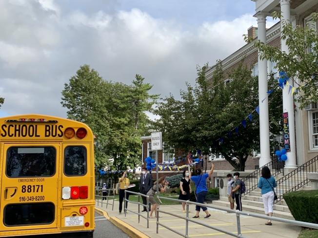 許多長島學生,仍然選擇乘坐校車上學。(記者曹健╱攝影)