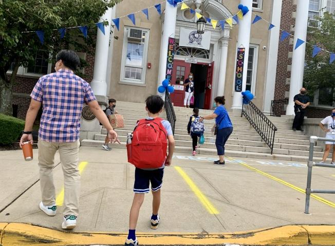 長島有61個學區的公立學校8日開始新學期,大批學生在家長護送下返校上課。(記者曹健╱攝影)