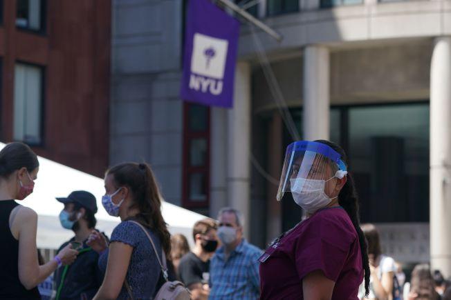 紐約大學開學第一天,學生排隊進行新冠病毒檢測。(Getty Images)