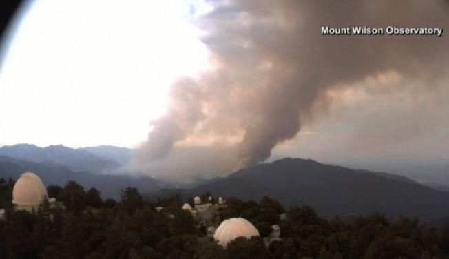 「山貓野火」(Bobcat Fire)正在迫近蒙羅維亞市(Monrovia)以及附近社區包括華人城市亞凱迪亞(Arcadia)。 (視頻截圖)
