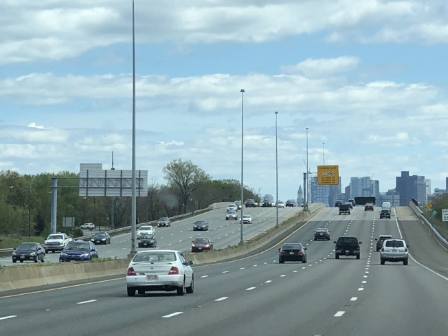 今年勞工節車流量較往年減少,大部分主路段車流量暢通。(記者劉晨懿之/攝影)