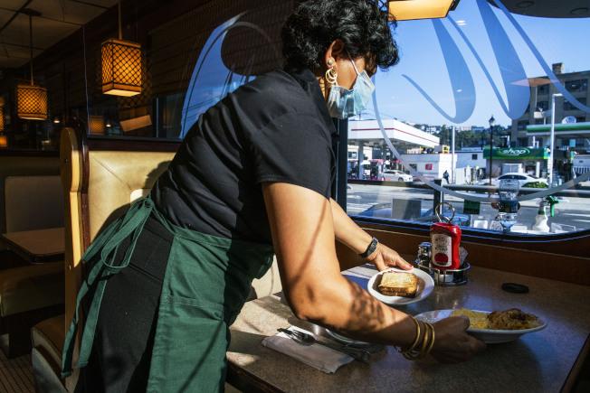 賓州將進一步放寬餐館堂食。(美聯社)