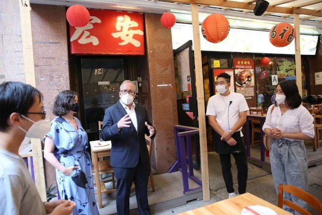 斯靜格宣布參選紐約市長 首日訪華埠