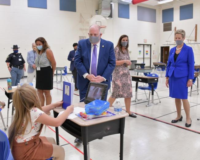 馬州州長霍根(中)及州教育總監卡倫·沙門到訪加羅林郡公校,查看小部分學生實體復課情況。(霍根辦公室提供)