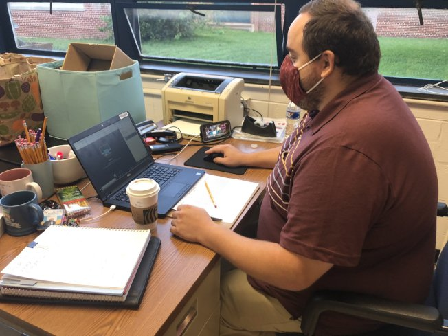 維州費郡公校教學系統今年春天多次出包,更新後秋季開學首日教學狀況良好,技術人員仍實時監控維護系統。(取自推特)