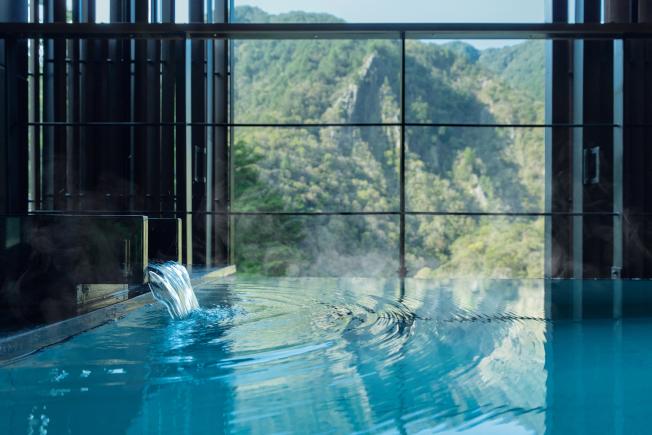 每個房間的半露天浴池都擁有non-stop的「美肌之湯」。(圖:星野集團提供)