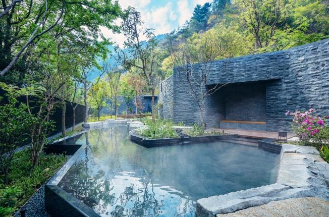 虹夕諾雅谷關的戶外湯是河道設計,且融入四季的草木風景。(圖:星野集團提供)